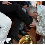 Messe de la Cène: le Pape lave les pieds de détenus et invite au service